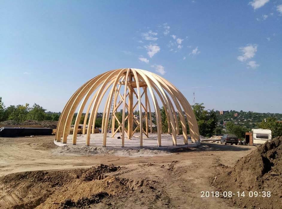 дом купол из гнутоклееных балок